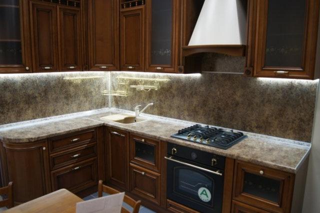 Освещение рабочей зона на классической кухне светодиодами