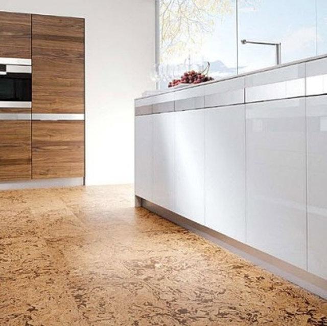 Светлый пробковый пол на современной кухне