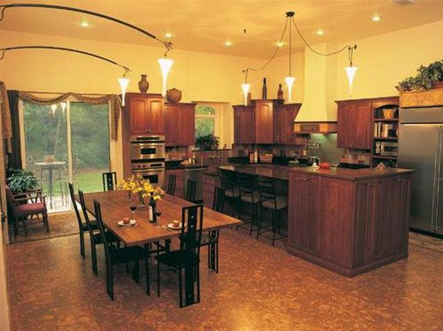 Темный пробковый пол отлично дополняет классический стиль этой кухни