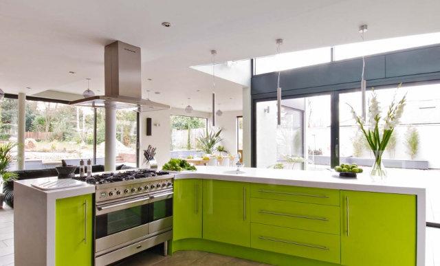 Салатовая кухня с белой столешницей