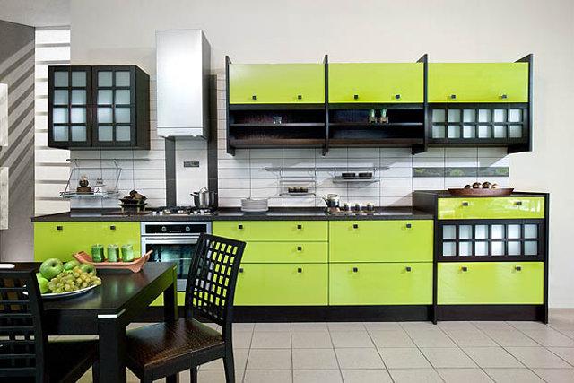 Интерьер кухни с гарнитуром салатово-черного цвета