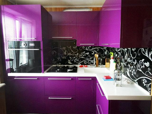 Яркая сиренево-черная кухня