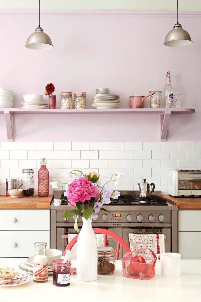 Бледно-сиреневые стены на кухне