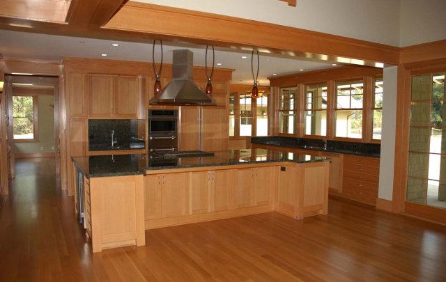 Светло-коричневая кухня с темной столешницей