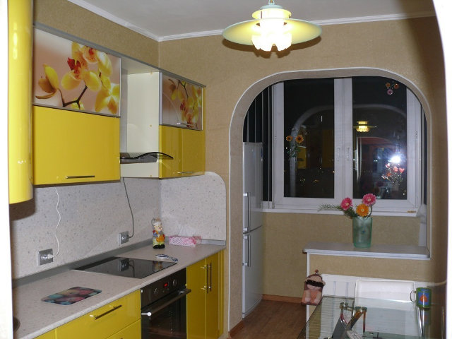 Оригинальное решение: арка между кухней и балконом
