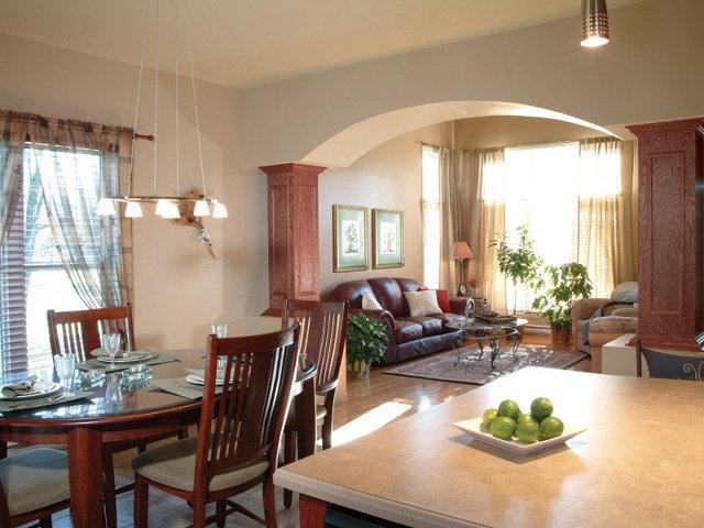 Арка с колоннами на кухне загородного дома