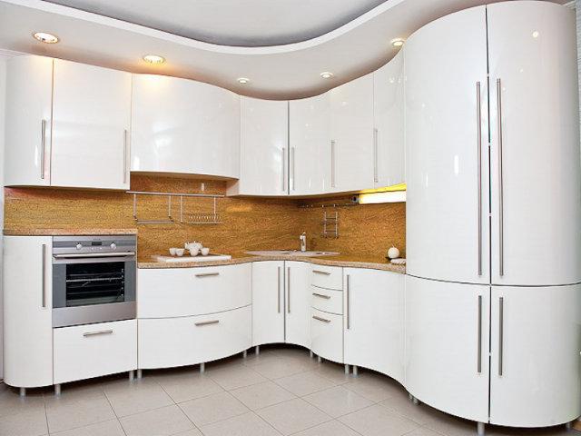 Шикарная белая кухня с радиусными фасадами