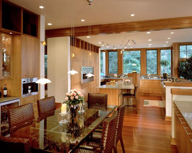 Просторная кухня-столовая отличный вариант для большой семьи