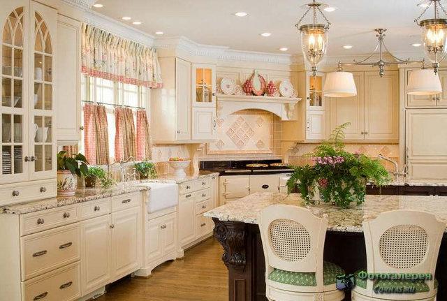 Шикарный интерьер большой кухни в частном доме