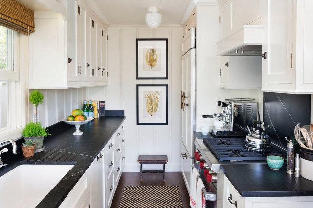 Две вертикально расположенные картины в интерьере узкой кухни