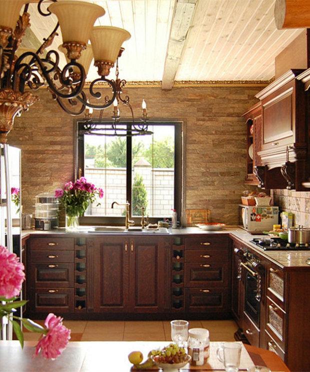 Дизайн просторной кухни с окном в загородном доме