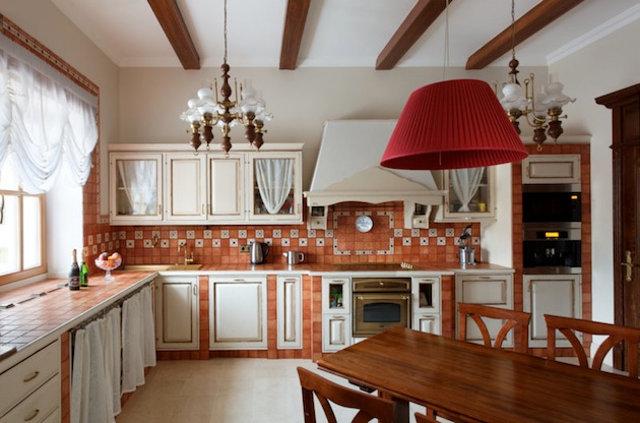 Оригинально оформленный интерьер кухни в загородном доме