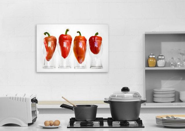 Яркая картина в интерьере современной кухни
