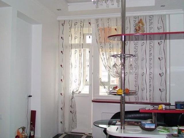 Еще один вариант оформления окна на кухне с балконом