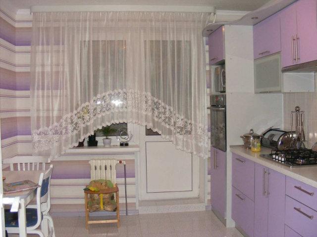 Простой вариант оформления окна на кухне с балконной дверью