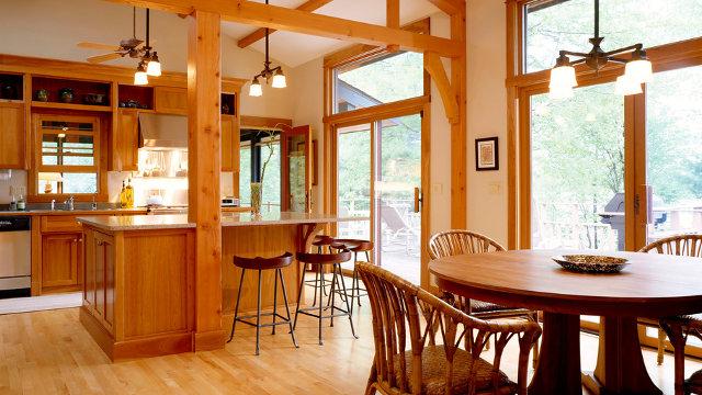 Интерьер кухни-столовой с преобладанием предметов из натурального дерева
