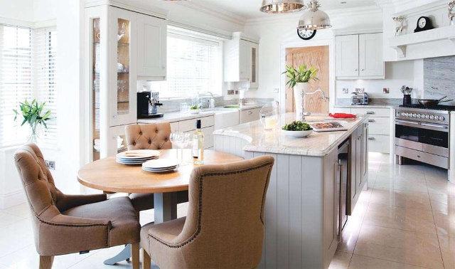 Кухня столовая с островом в частном доме