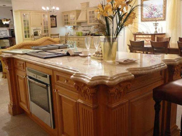 Мраморная столешница со сложной кромкой на кухонном острове