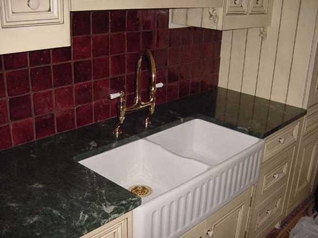 Кухонная столешница из зеленого мрамора