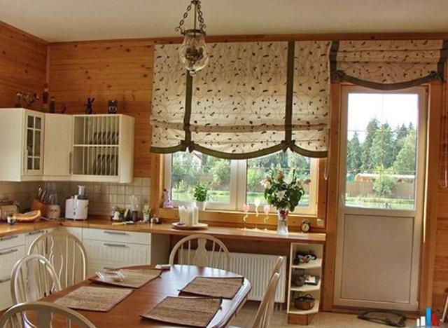 oformlenie-kuhonnogo-okna-v-zagorodnom-dome