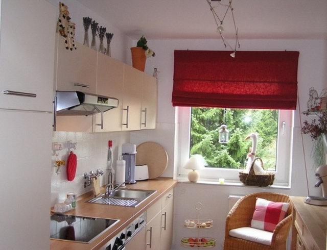 Простой вариант оформления маленького окна на кухне