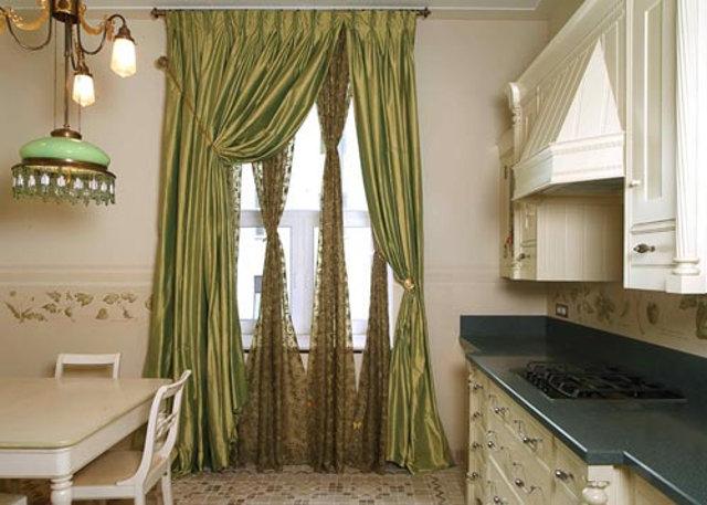 Пример оформления окна на классической кухне белого цвета