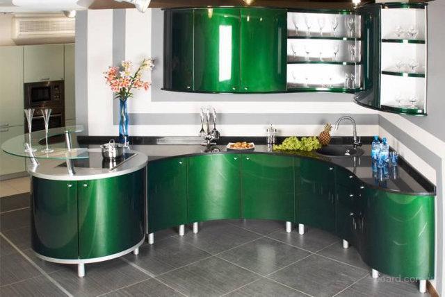 Зеленая кухня с радиусными фасадами в современном стиле