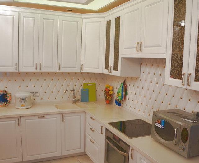 Белая кухня с белым фартуком из плитки в виде ромбов