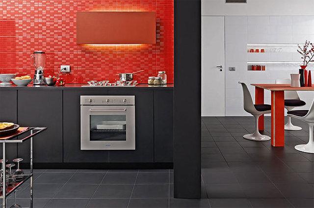 Фартук из красной мозаики на черно-красной кухне