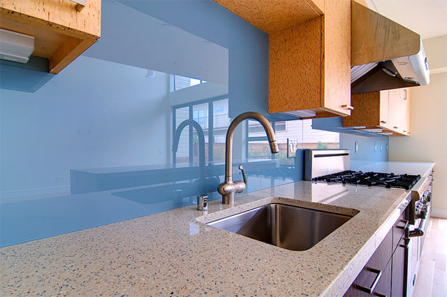 Кухонный фартук из голубого глянцевого пластика