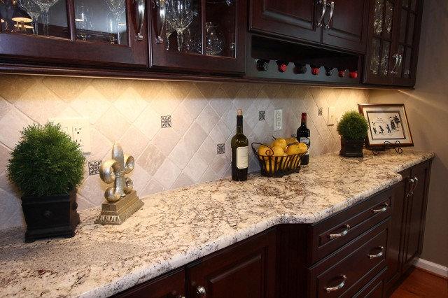 Пример дизайна фартука из плитки на классической кухне
