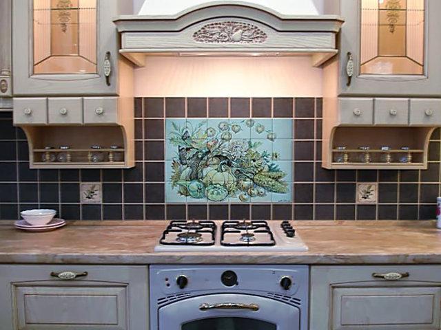 Пример дизайна кухонного фартука из плитки с рисунком