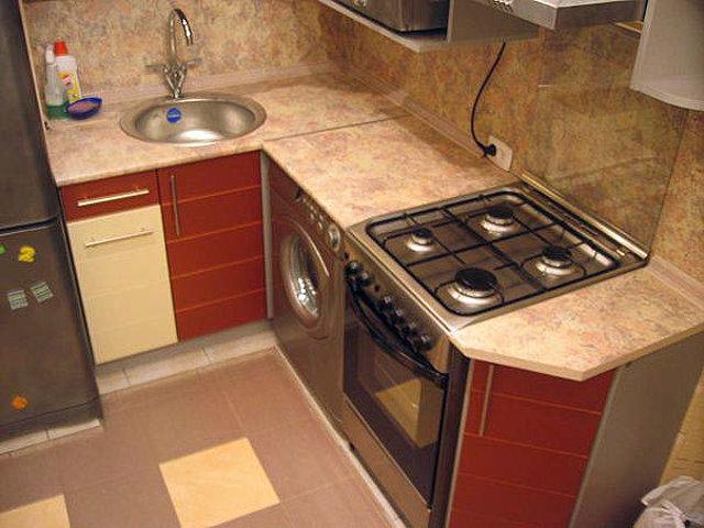 Пример углового гарнитура в интерьере очень маленькой кухни