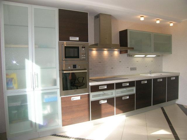 Кухня с фасадами из алюминиевого профиля со стеклом