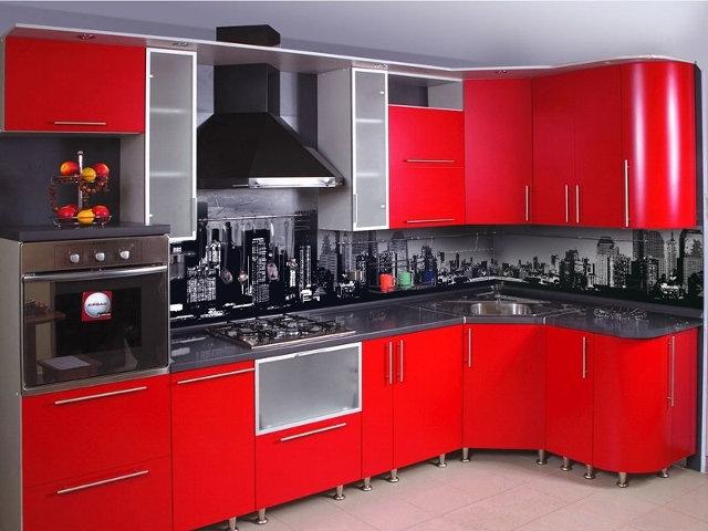 Фотопечать в серо-черных тонах на фартуке красной кухни