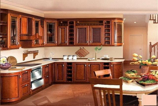 Кухня с фасадами из массива дерева в классическом стиле
