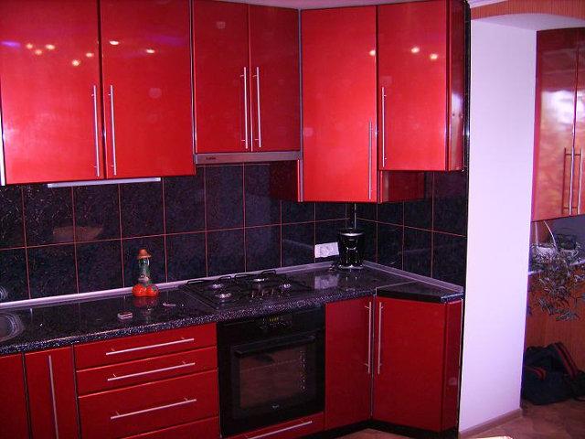 Гарнитур с крашенными фасадами красного цвета