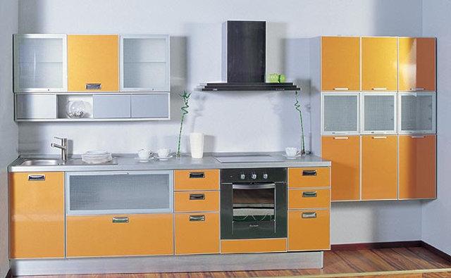 Современная кухня с пластиковыми фасадами в алюминиевых рамках
