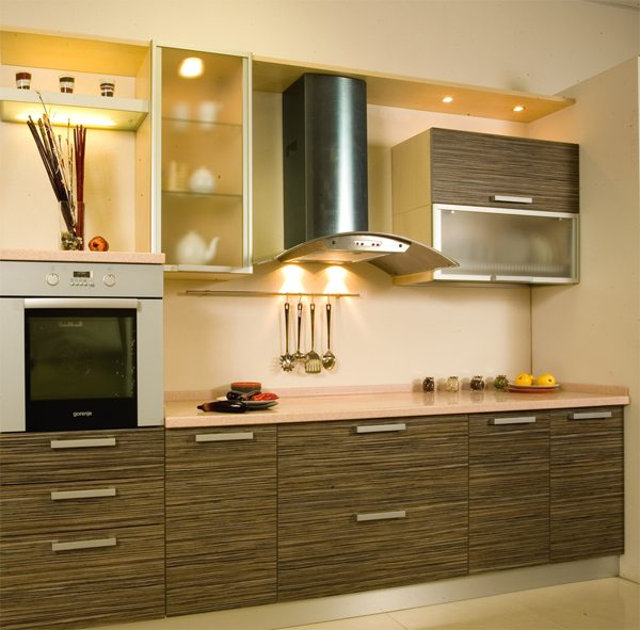 Фартук бежевого цвета на кухне зебрано