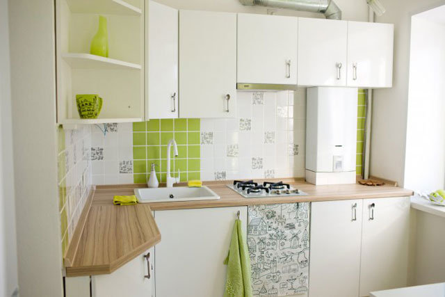 Угловой гарнитур на маленькой кухне с газовой колонкой