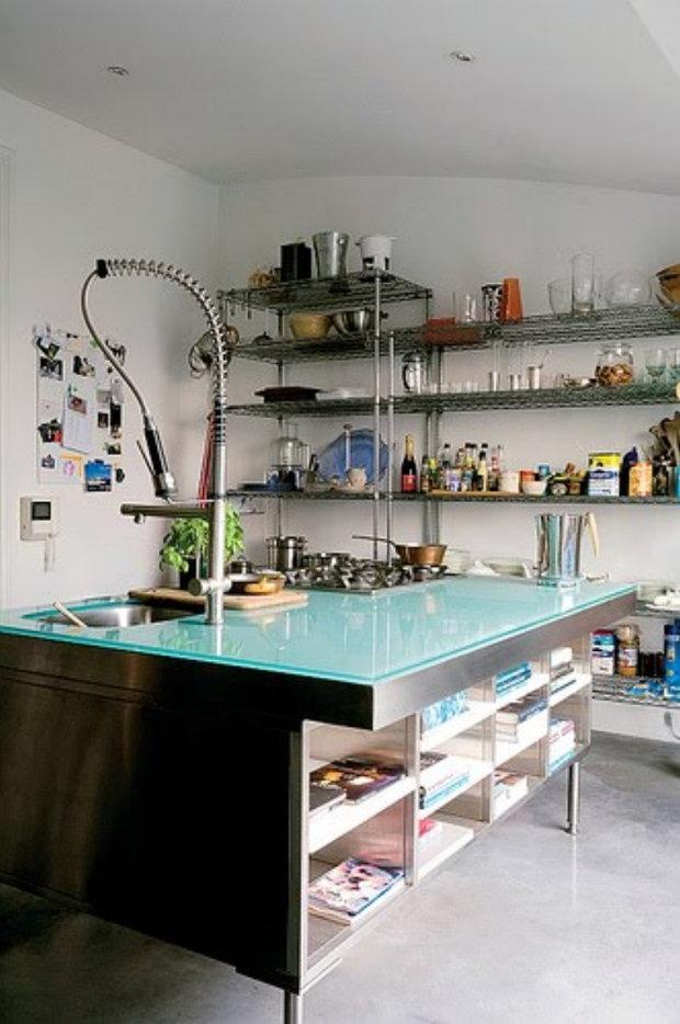 Металлические стеллажи на кухне в стиле хай-тек