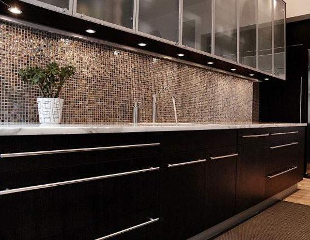 Мозаичный фартук на черной кухне