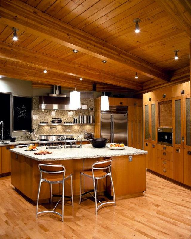 Оригинальный вариант точечного освещения на кухне из дерева
