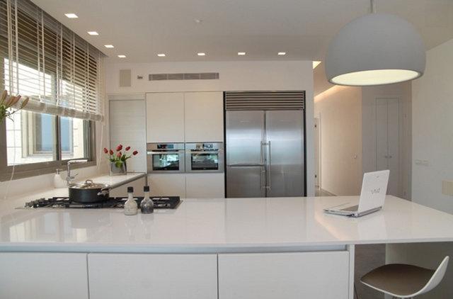 Точечные светильники в интерьере современной кухни