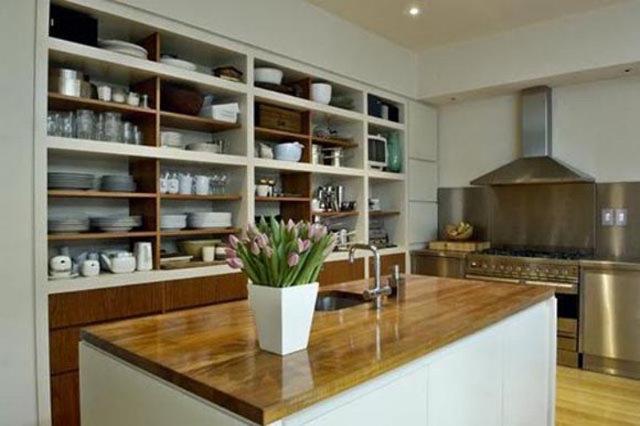 Открытые стеллажи на кухне во всю стену