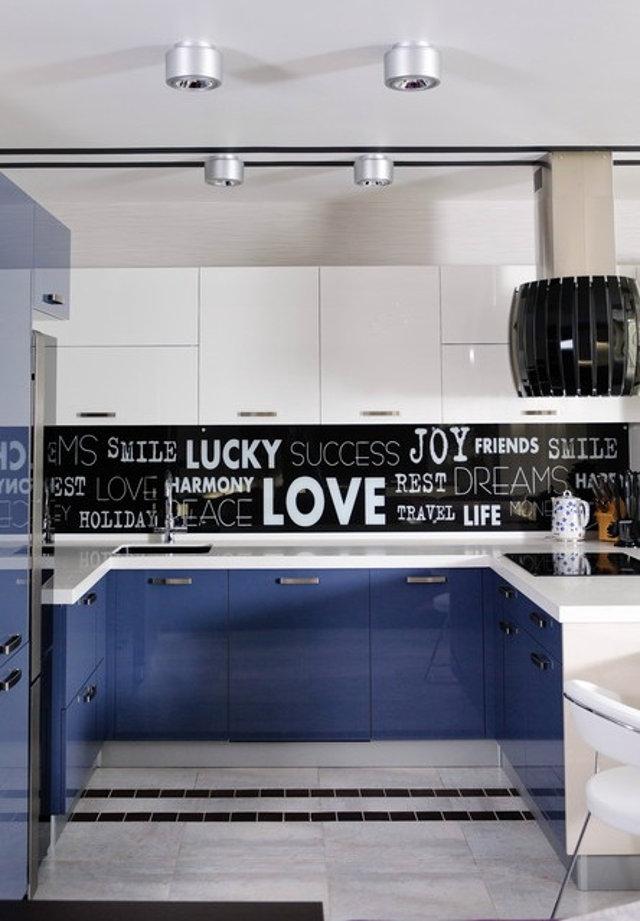 Черный фартук с графикой на сине-белой кухне