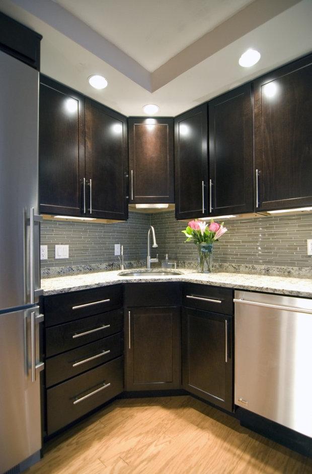 Дизайн кухни с угловым расположением мойки