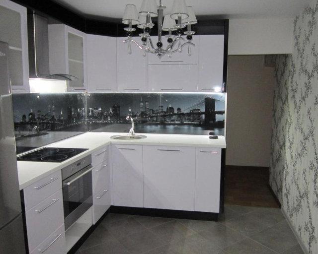 Небольшая белая угловая кухня в современном стиле