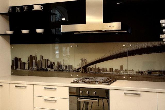 Фартук на кухне из стеклянных панелей с фотопечатью
