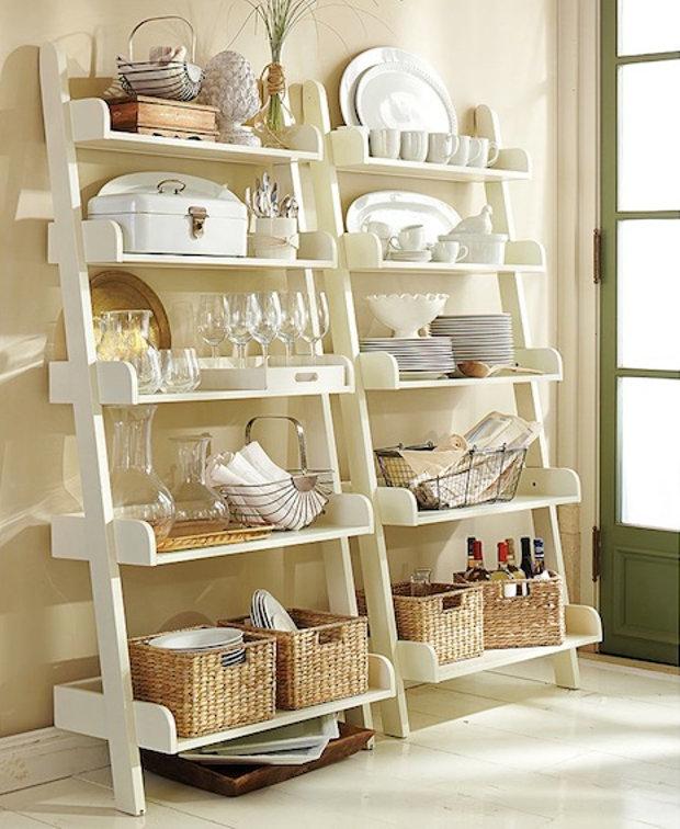 Изящный деревянный стеллаж - отличный вариант для кухни в стиле прованс